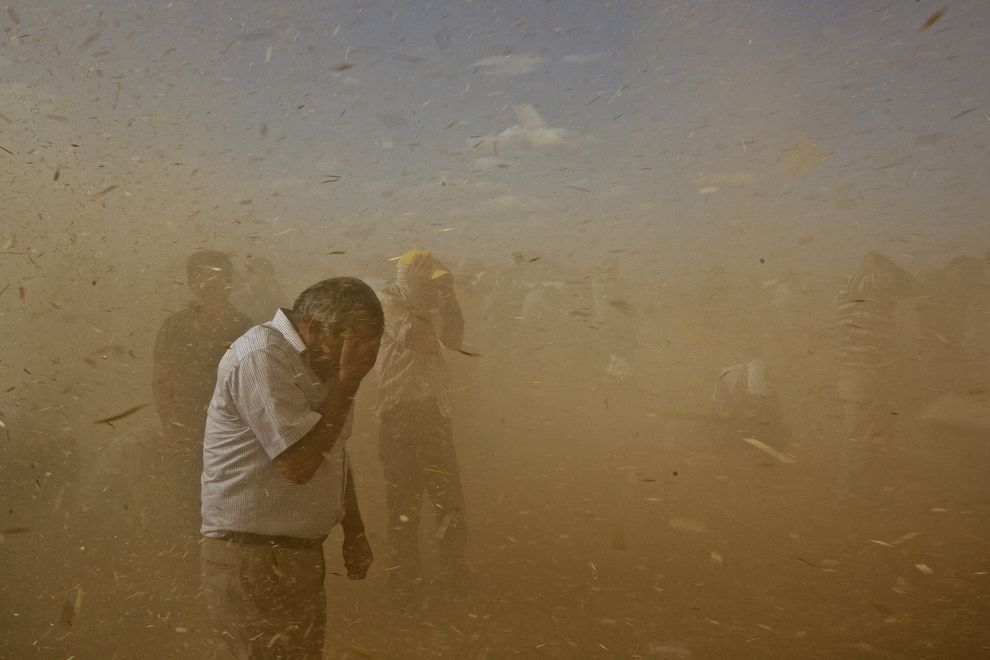 A sandstorm hits Dikmetas Saturday afternoon, while thousands of Turkish Kurds amass at the border with Syria to help Syrian Kurds find water and food upon their arrival