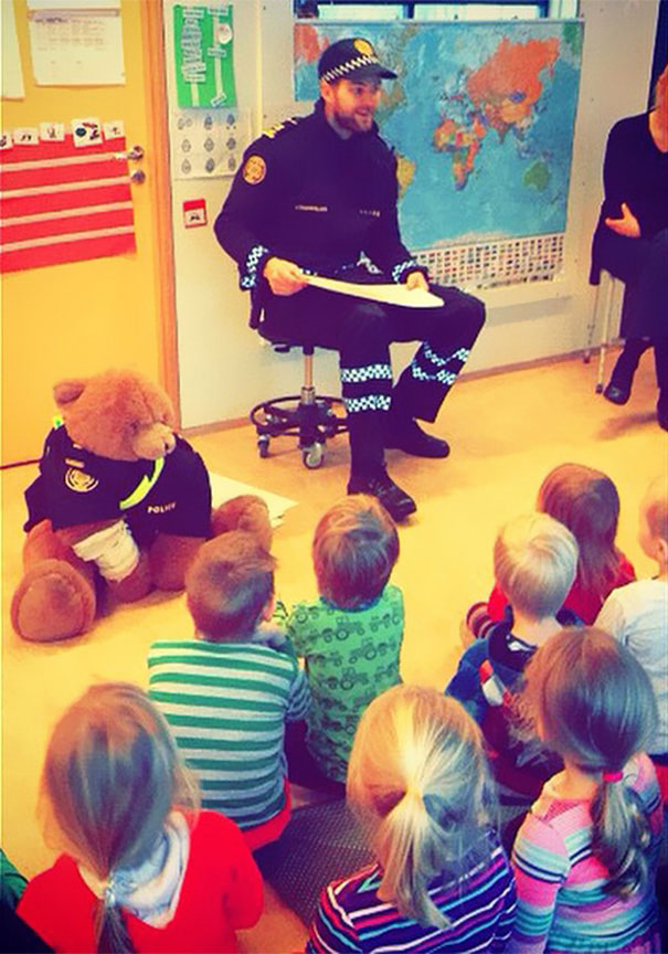 The police Teddy Bear educate the children about the traffic rules